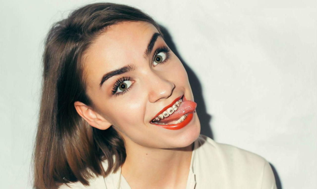 Как и чем отбелить зубы в брекетах?
